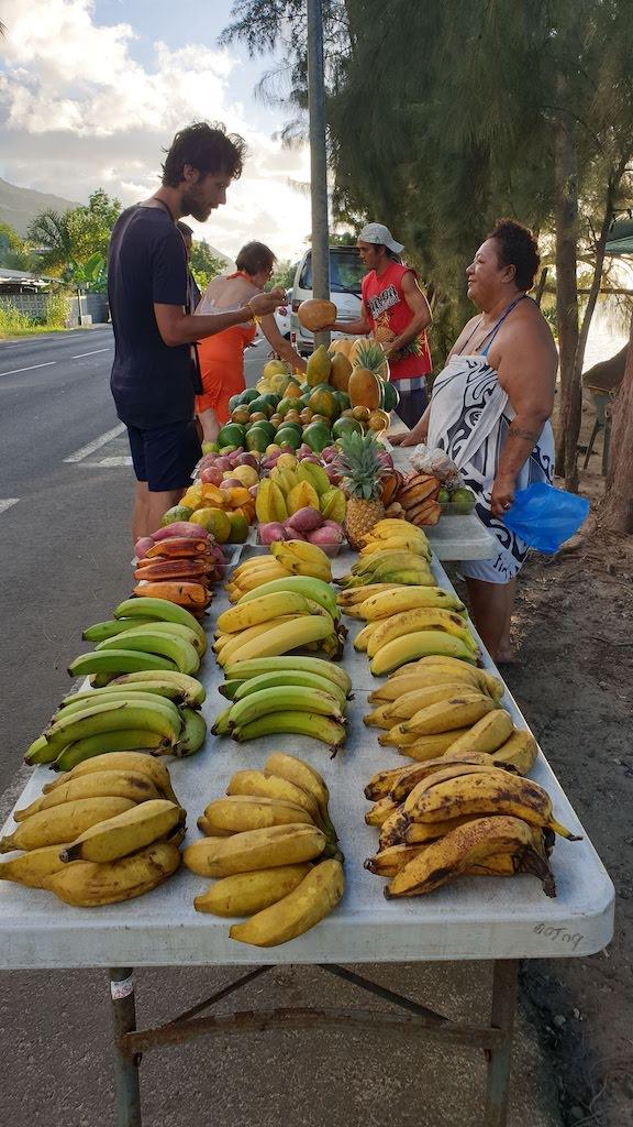 Achat de fruits sur la route Moorea