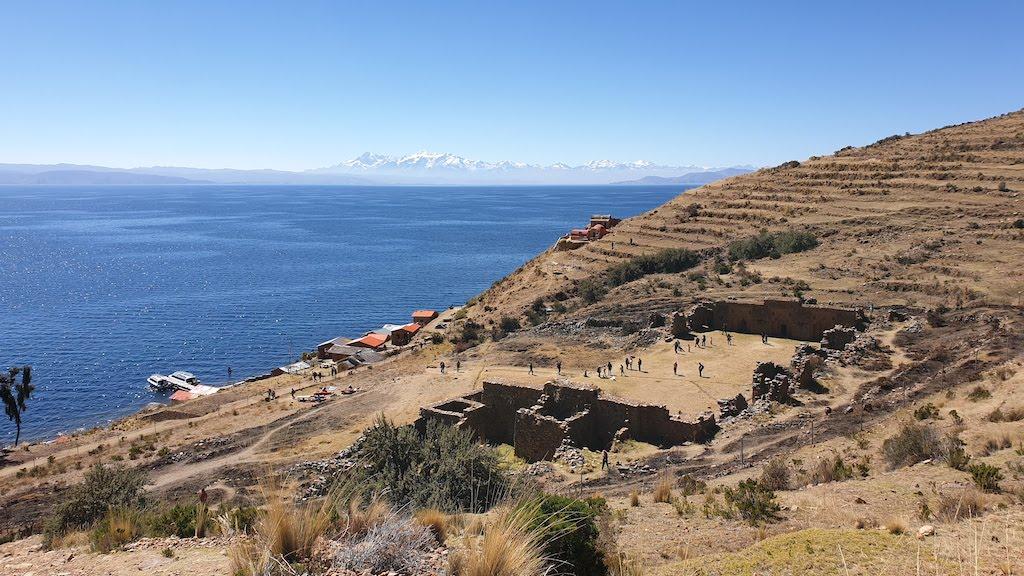 Point de vue sur l'Acllahuasi, le lac Titicaca et la Cordillère Royale Isla de la Luna