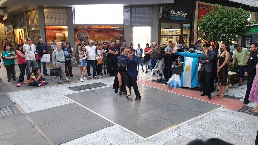 tango dans la rue pendant notre visite de Buenos Aires