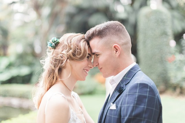 Premier coup d'œil au mariage dans le jardin
