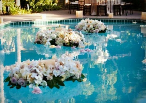 Swimming-Pool-mit-Blumenkränken-im-Wasser