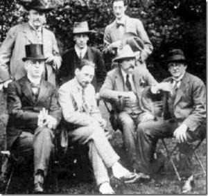 Los Inklings ,un selecto grupo de caballeros ingleses formado por escritores y catedráticos de la universidad de Oxford con los que Tolkien compartía té y sus creaciones literartias.