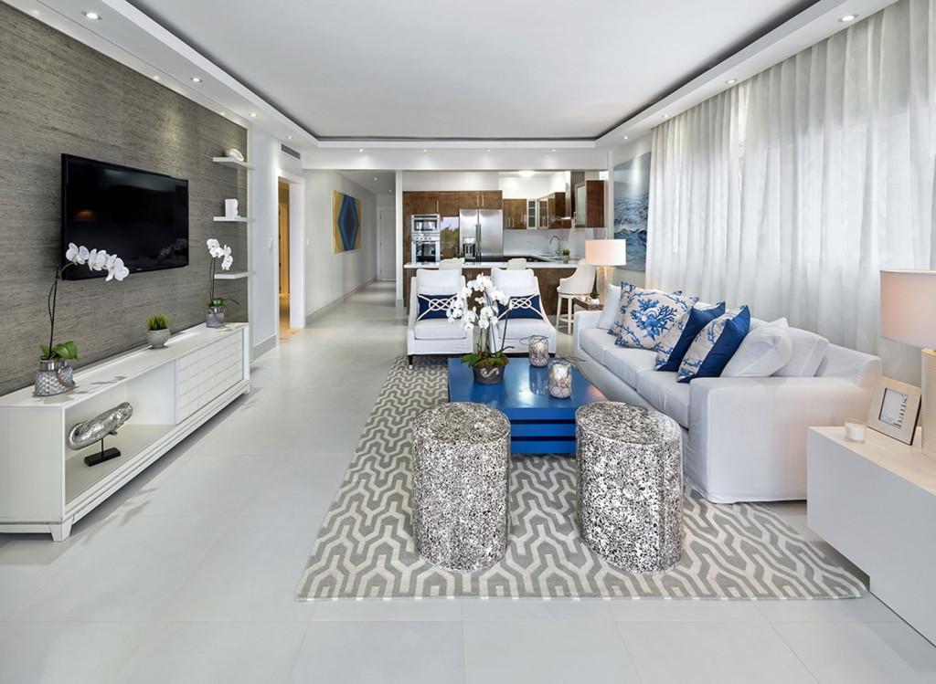 Vista de la sala en el apartamento modelo de Blue Beach Punta Cana