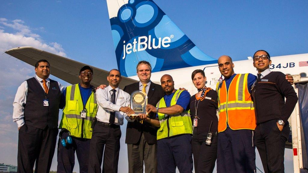 Robin Hayes, Presidente y Director Ejecutivo de JetBlue, comparte el trofeo de J.D. Power junto al equipo de la aerolínea