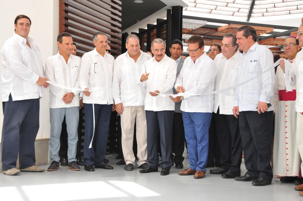 Borja Leria, Alvaro Peña, José Ramón Peralta, Ricardo Hazoury, el Presidente Danilo Medina, Francisco Martínez, Abraham Hazoury, Francisco Javier García y el Arzobispo Gregorio Nicanor Peña