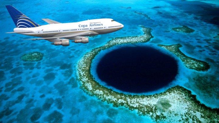Avión de Copa Airlines vuela sobre el Gran agujero azul de Belice
