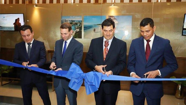Corte de cinta durante la inauguración de las oficinas de AMResorts en Santo Domingo, República Dominicana