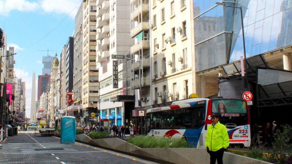 La Avenida Corrientes de Buenos Aires, Argentina estrena nueva vía peatonal