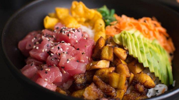 Maguro Tamashi Bowl con trocitos de atún sellada, Tamashi Sushi & More, Santo Domingo