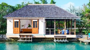 Cabaña de laguna del Goldeneye Hotel and Resort (Foto: Island Outpost)