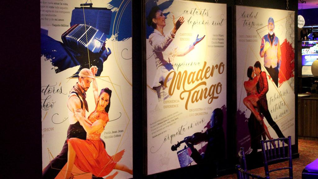 Decoración temática dentro del salón de Madero Tango