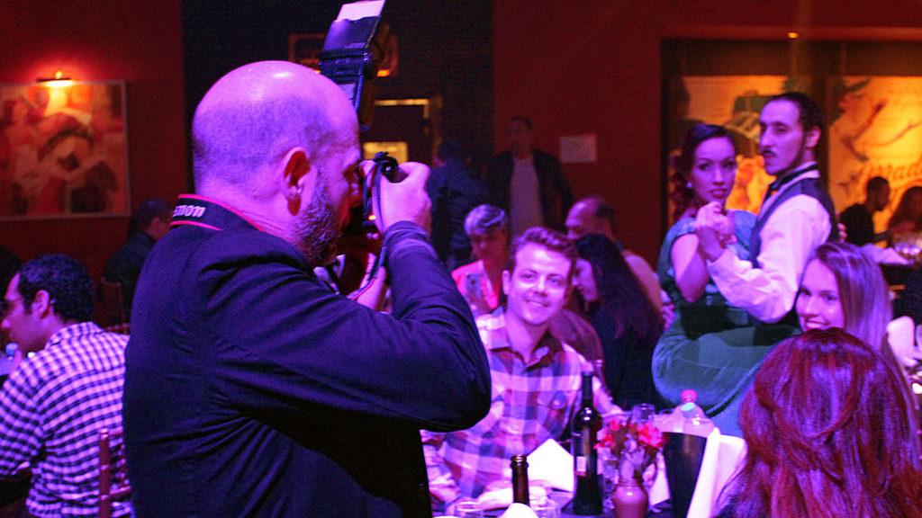 Recuerda tu noche en Madero Tango con una foto junto a los bailarines del espectáculo