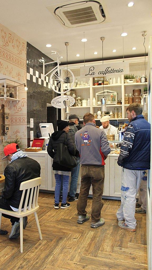 Mostrador de café en Don Nino en Piazza del Duomo, Florencia, Italia