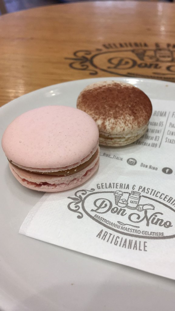 Macarons y servilleta con el logo de Don Nino