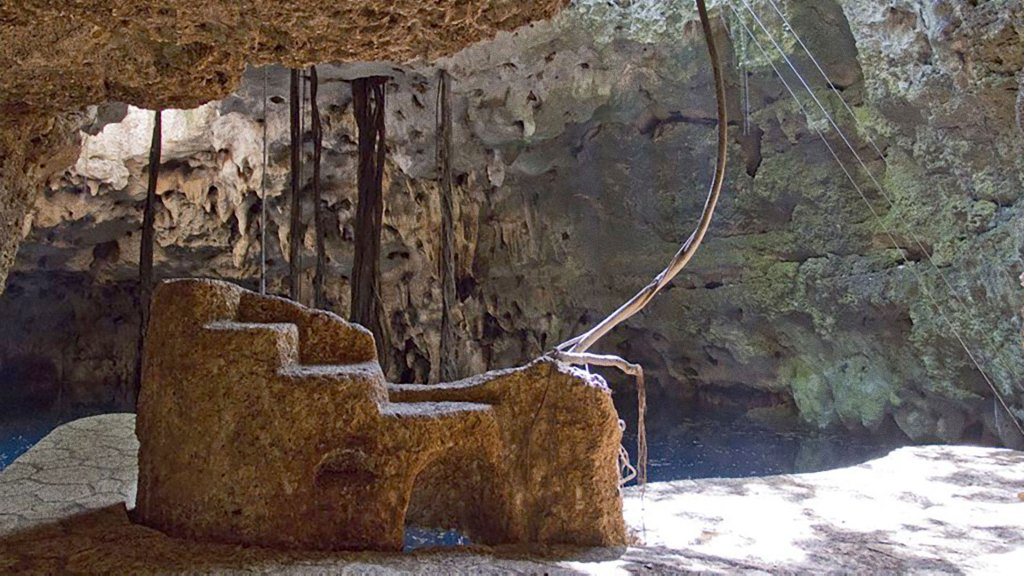 Detalle esculpido dentro de un cenote