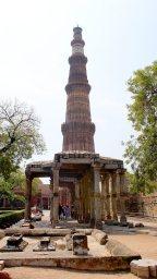 Minarete Qutub Minar, con ruinas de la mezquita Quwwat-ul Islam, Delhi, India