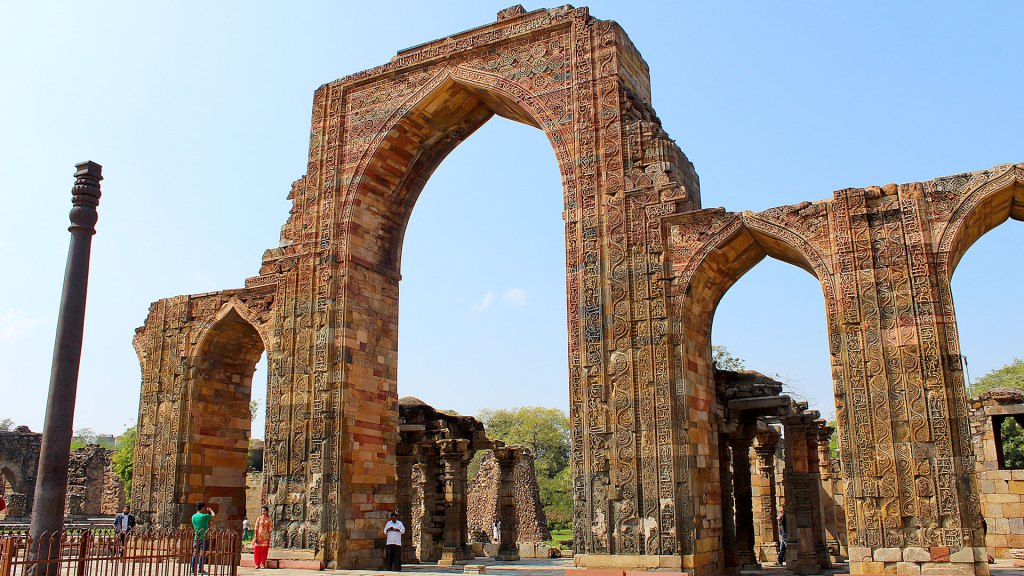 Arco de mezquita Quwwat-ul Islam con Pilar de hierro de Delhi | Arch from Quwwat-ul Islam Mosqu, with Iron pillar from Delhi