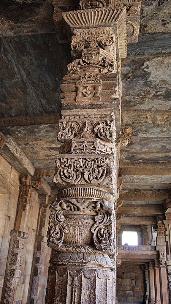 Columnas recicladas de templo Jain, complejo Qutub