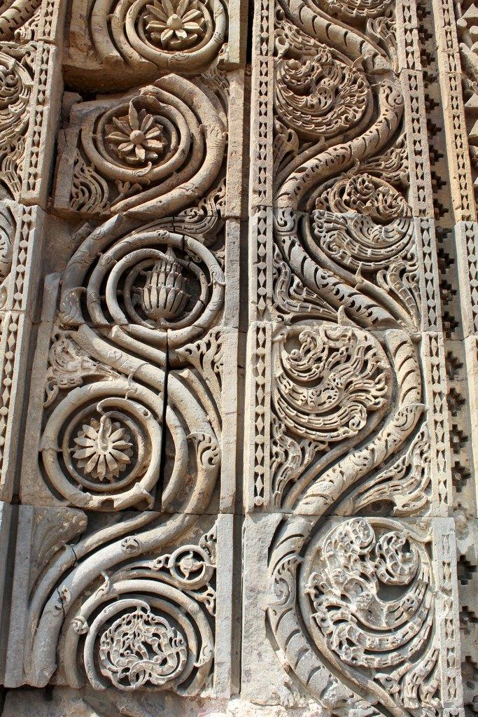 Detalle decorativo de Quwwat-ul Islam