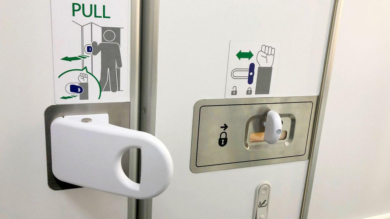 "Jamco/All Nippon Airways: New hands-free lavatory door lock for airplanes | Nueva cerradura de puerta ""manos libres"" para lavatorio aéreo"