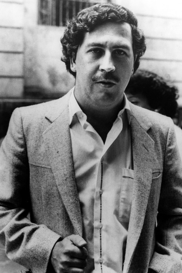 """El capo colombiano de la droga Pablo Escobar en Medellín, en una foto de archivo de 1984. Un serie colombiana sobre Escobar, """"Escobar, el patrón del mal"""", se transmite a partir del lunes 9 de julio del 2012 en Estados Unidos por Telemundo. (AP Foto/Archivo)"""