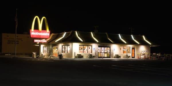 Tusayan_McDonalds_at_night-600x301