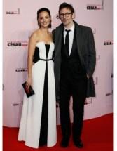 Bérénice Bejo a tout bon: bustier en corolle et choix d'un noir et blanc graphique qui évite l'ennui abyssal de la robe bustier longue.
