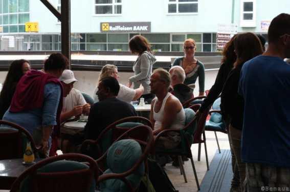 Volontaires au café de l'hôtel