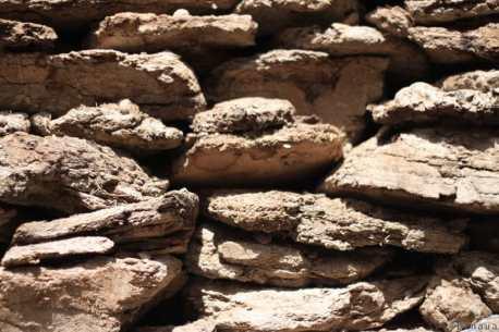 """Dans les villages reculer et surtout en altitude, le bois de chauffage se fait rare. Du coup, les habitants récoltent les bouses de Yaks, les font sécher et les utilisent comme """"bois de chauffage"""" en hiver. Ambiance """"Cosy"""" garantie :)"""