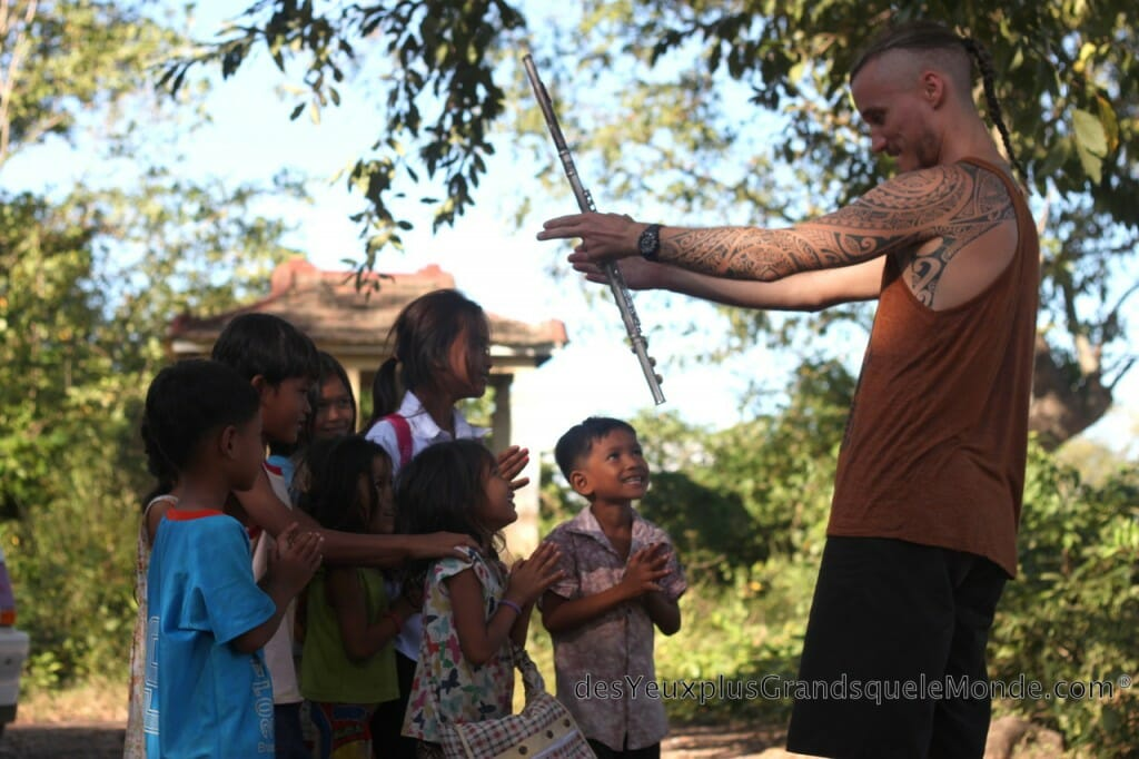 ONG Amica - Niko de Travelinmelody.com fait bouger les enfants du village