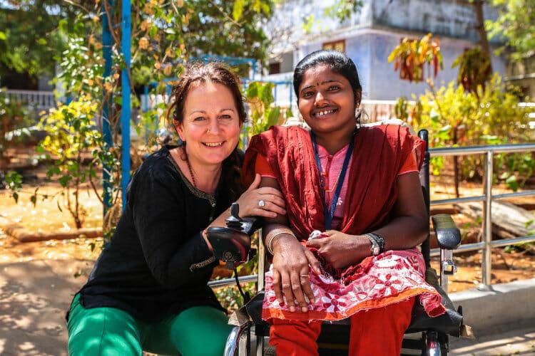 Volontariat avec l'Association les Enfants Papillons - Karine avec une résidente du centre en Inde