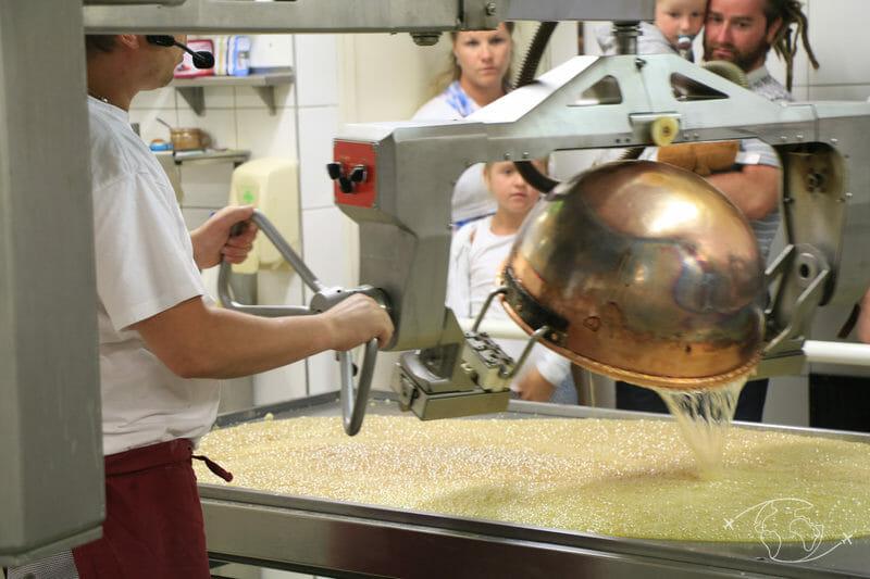 Confiserie des Hautes Vosges - Versement du mélange sur une table