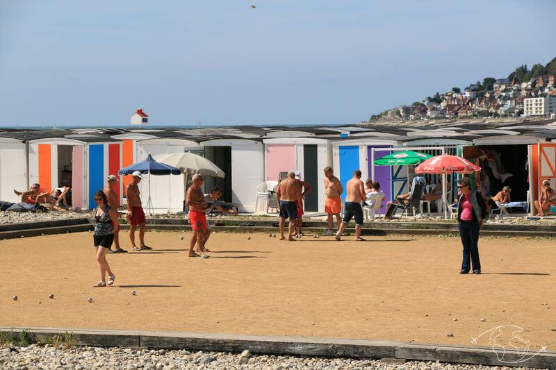 Visiter le Havre - Terrain de boules et cabanes de plage sur le front de mer