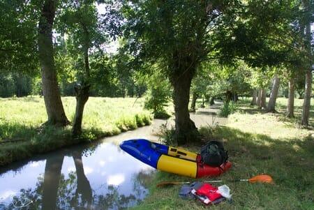 Dans les conches du Marais Poitevin avec mon raft Alpacka