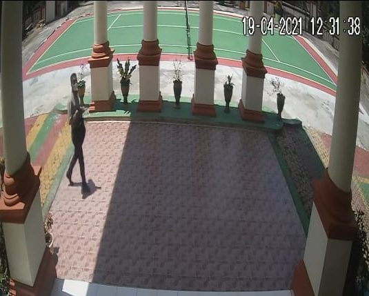 CCTV: Screenshot CCTV aksi pelaku pencurian laptop di kantor PA Tebo. (DETAIL/Syahrial)