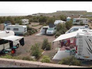 Zone de camping avec une caravane