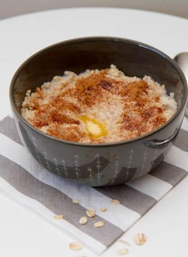 Lettvint havregrynsgrøt med smør, sukker og kanel