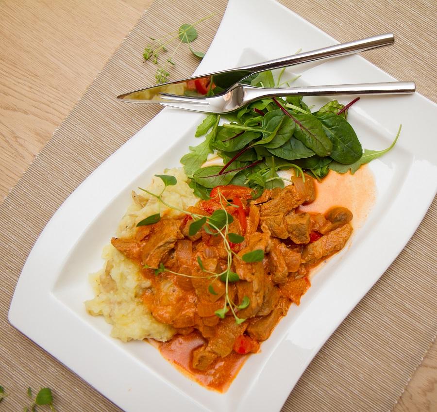 Svin stroganoff med potet- og blomkålmos
