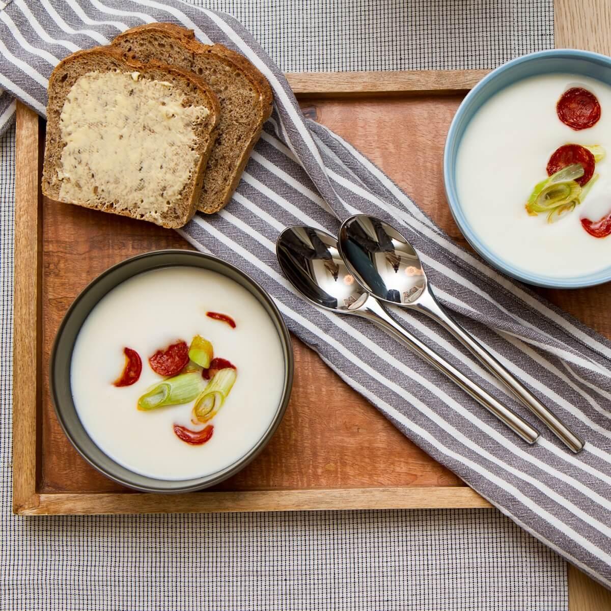 Kremet blomkålsuppe servert med brød og smør
