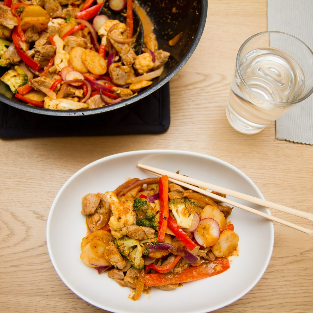Wok av svin og red curry