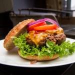 Sunnere BBQ-cheeseburger av speltmel