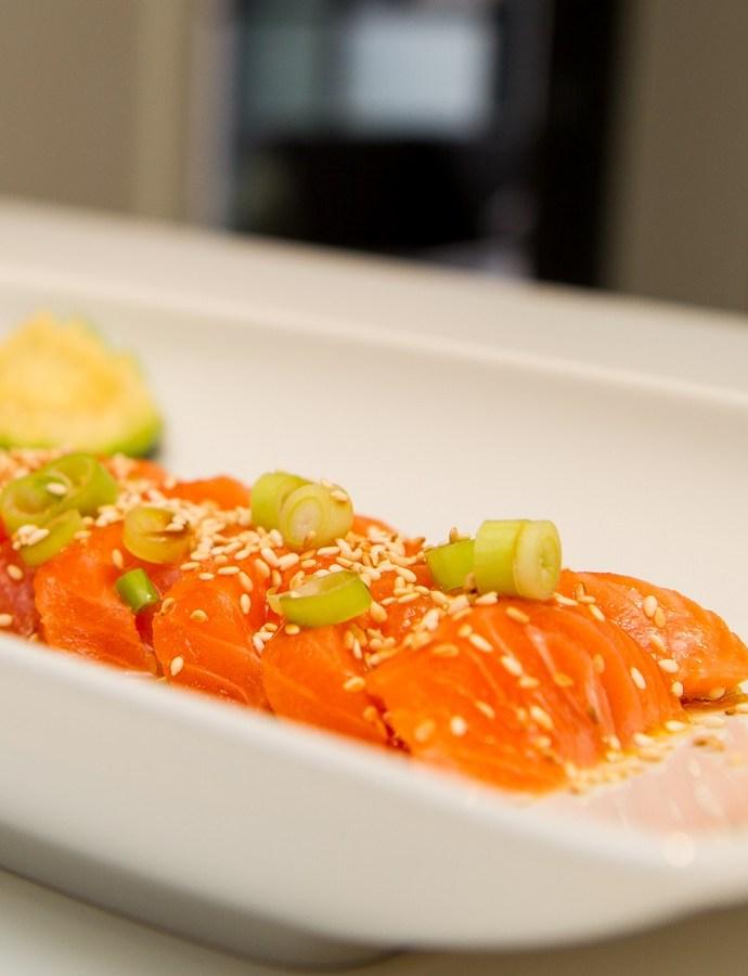 Sashimi av laks med avokado og vårløk