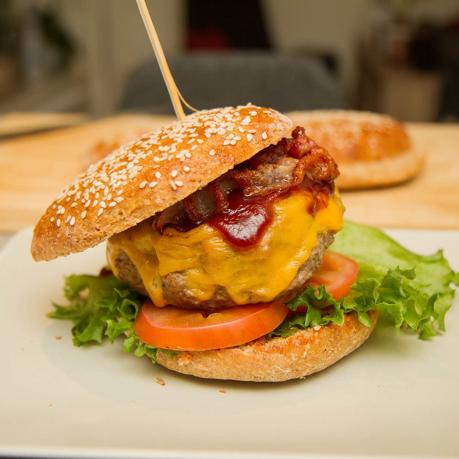 Hamburger med bacon og cheddar