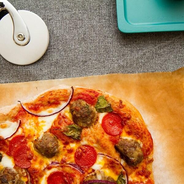Pizza med pepperoni og spanske kjøttboller