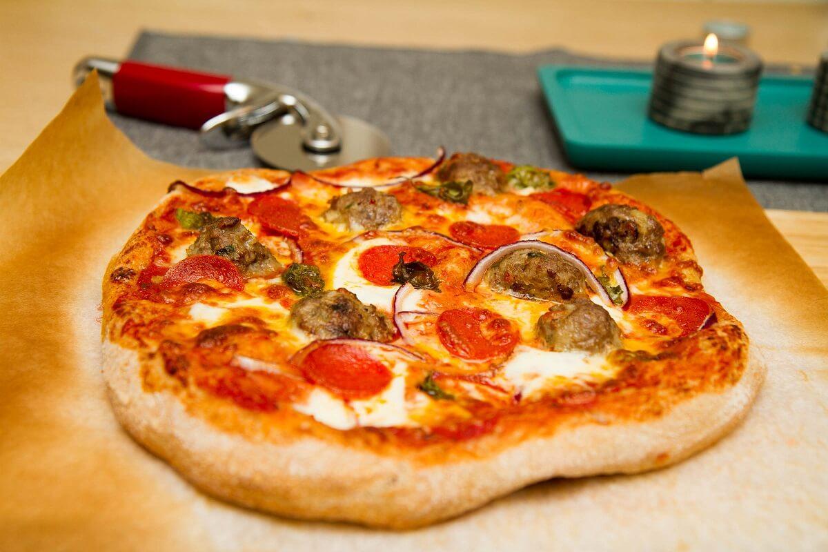 Pizza med pepperoni og kjøttboller