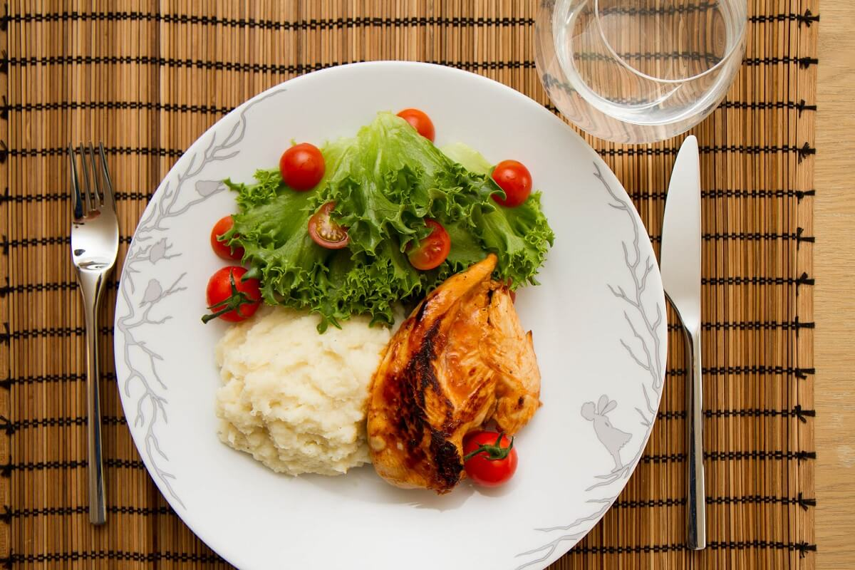 Kyllingfilet, pastinakkpuré og en enkel salat