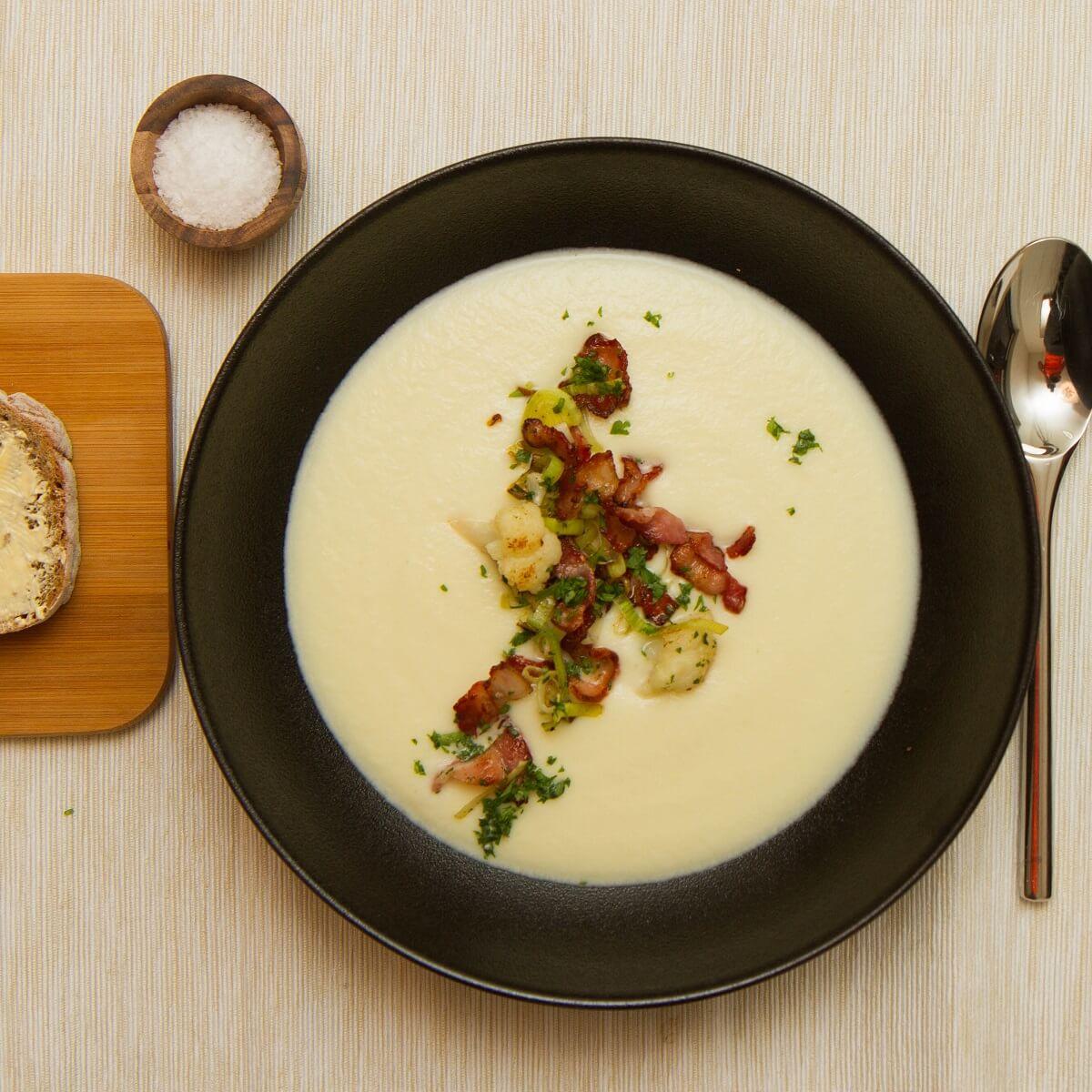 Kremet blomkålsuppe med purre og bacon