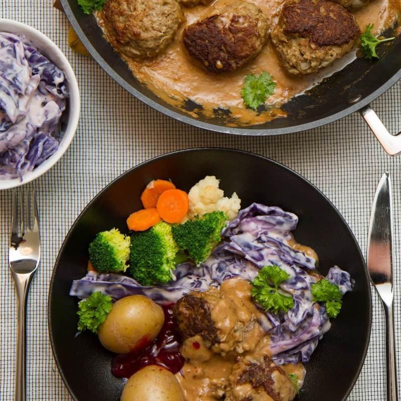 Kjøttkaker i brun saus med lilla kålstuing