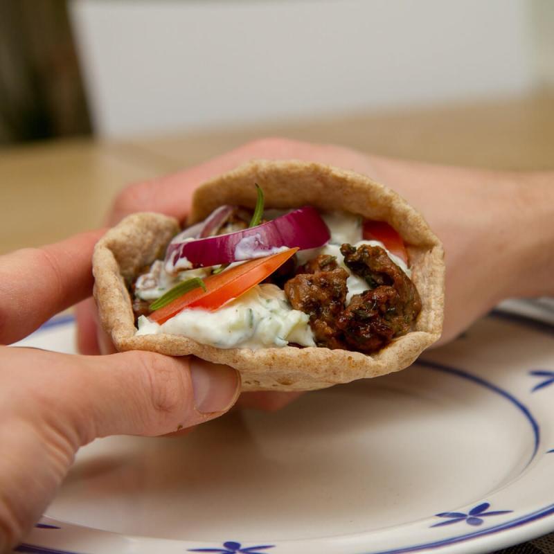 Gyros servert i flate pitebrød med tzatziki