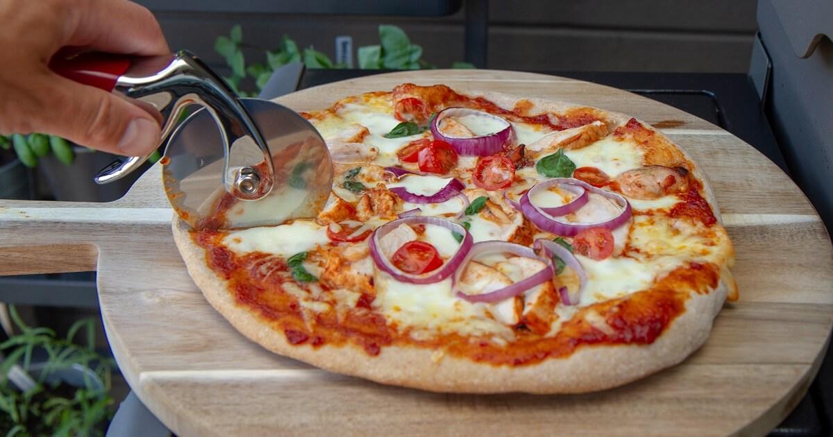 BBQ-pizza med kylling og rødløk